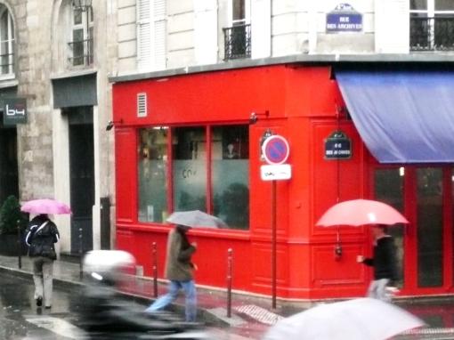 Dia de Chuva em Paris, no Marais velho de guerra, onde os judeus foram agora expulsos pelos bobos