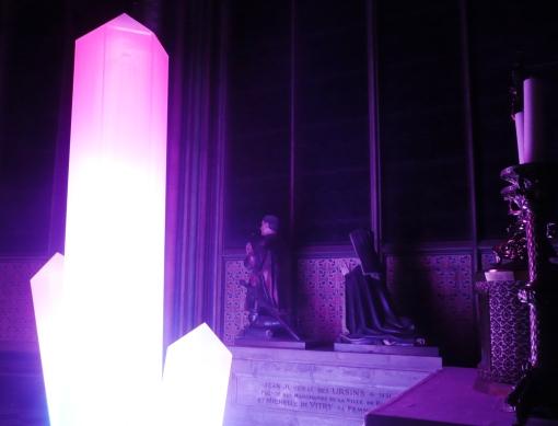 Um dos cristais artísticos instalados por entre os túmulos e as capelinhas dentro da Notre Dame de Paris.