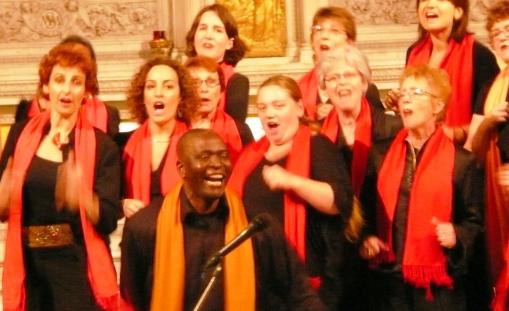 Maestro Aimé Nsossani e o Archance Coral na Eglise de Madelaine em Paris, quando cantava Khumbaya