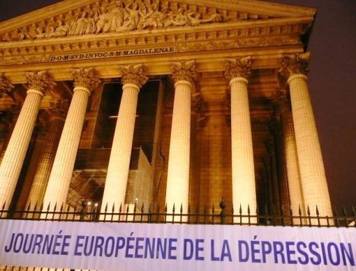Faixa na frente da igreja da Maria Madalena, em Paris, para a jornada européia contra todas as formas de depressão