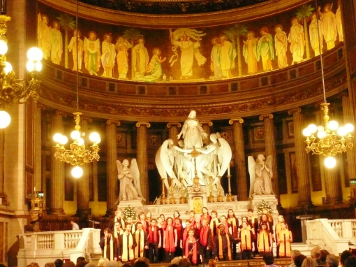 Coral Archange Gospel quando cantava We Sall Overcome na Eglise de Madelaine em Paris