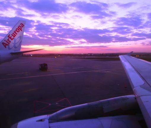 Por do sol em Orly, sudoeste de Paris, na volta para a pátria que me pariu. Que nem a letra do samba: Vai, meu irmão, pega este avião e não diga nada...